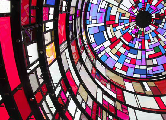 Tom Fruin, la transparence en ouleurs