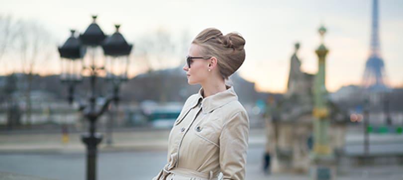 une parisienne dans l'élégence avec ses lunettes de vue