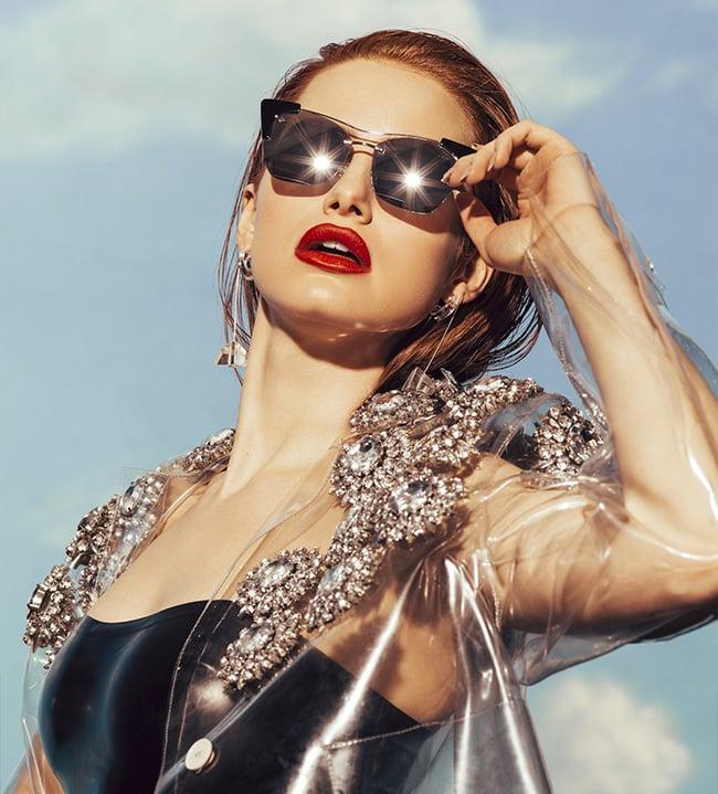 Madelaine porte des lunettes de soleil privé revaux