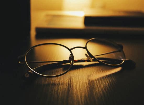 signification des lunettes dans les reves : lunettes sur la table de nuit