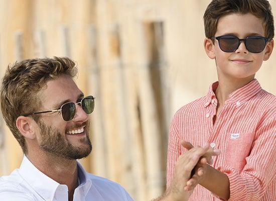 père et fils portant les même lunettes solaires