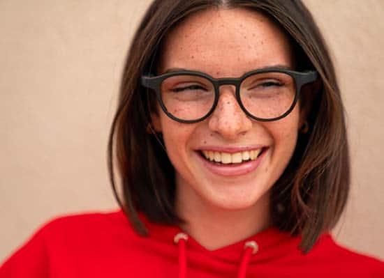 serenity-Ellcie-Healthy-lunettes-sante-pour-seniors-jeune-femme-portant-des-lunettes-serenity-ellcie-healthy